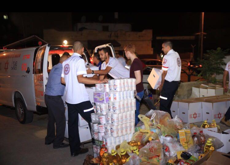 מתנדבי מדא אורזים חבילות מזון במבצע קמחא-דרמדאן בבאקה אל גרביה |צילום : דוברות מדא